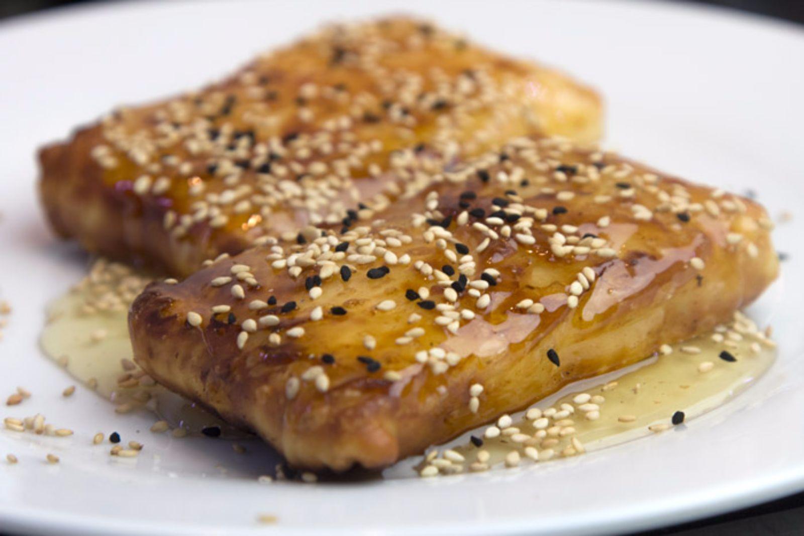Φέτα σε τραγανό φύλλο με θυμαρίσιο μέλι & σουσάμι